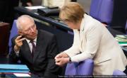 Wolfgang Schäuble,noch sichtlich entsetzt, beratschlagt das weitere Vorgehen mit Frau Merkel